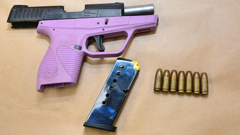 El arma de fuego decomisada en el arresto de Mirella Ponce.