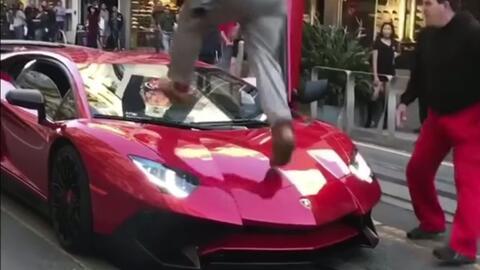 Mike Bowen, con pantalones rojos, observa cómo el agresor camina sobre s...
