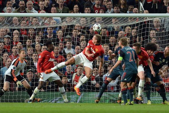 La pelota no pudo ser atajada por Neuer y pondría las cosas en favor del...