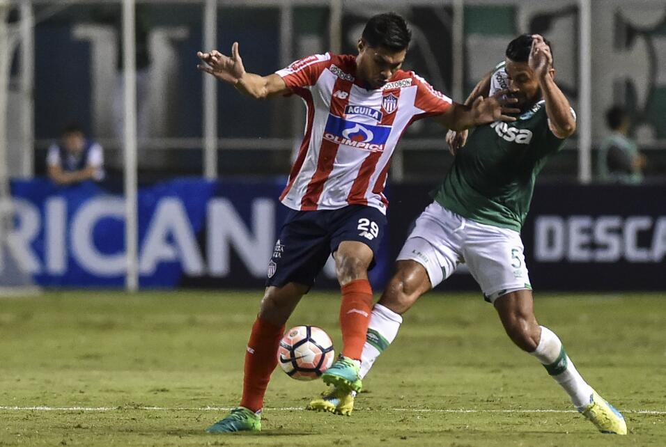 Trece aficionados al Junior de Barranquilla fueron heridos al caer al va...