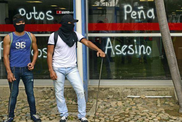 Estudiantes bloquearon durante tres horas la entrada y salida del aeropu...