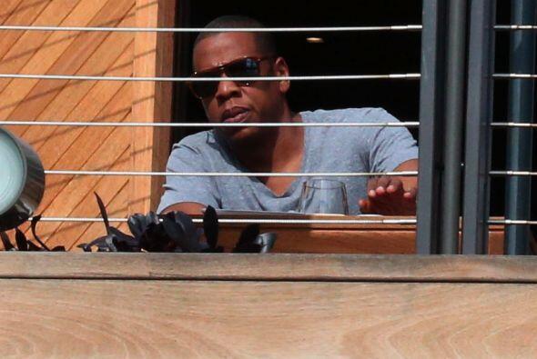 Jay Z se molestó ante la presencia de fotógrafos.