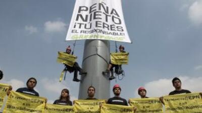 Integrantes de Greenpeace escalaron el asta del Zócalo de México para de...