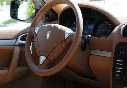 La calidez y textura de los materiales usados por Porsche son excepciona...