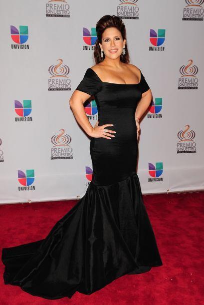 Angelica Vale en un modelito entallado y de negro para estilizar su figura.