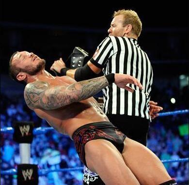 Christian golpeó con el cinturón del título a Randy Orton.