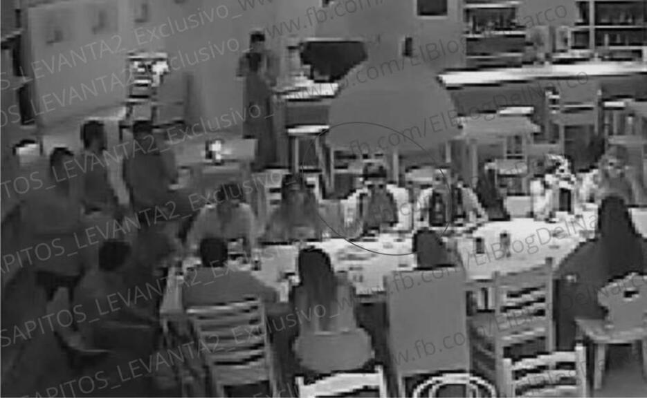 Las imágenes muestran el momento en el que asaltantes retienen al grupo...