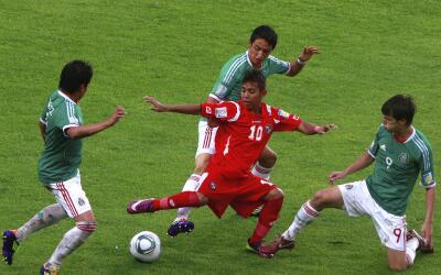 Darwin Pinzón en medio de tres jugadores mexicanos en el Mundial...