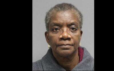 La directora acusada de amenazar a sus estudiantes con un cuchillo, Adet...
