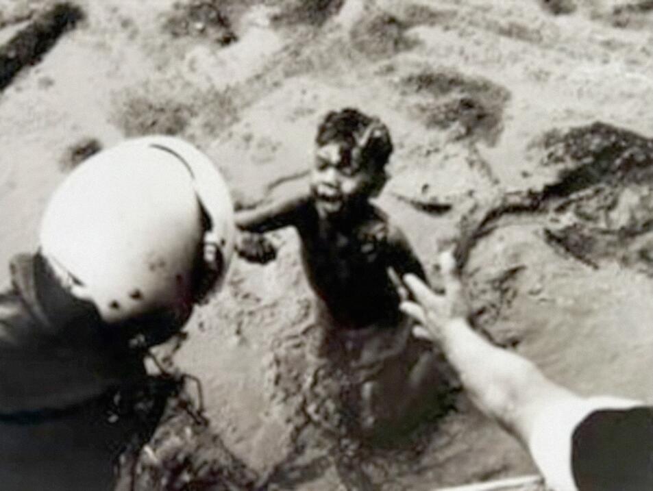 Los rescatistas sacaron personas entre capas de barro de hasta 4.6 metro...