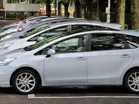 Toyota presentó en Japón el Prius Alpha, el nuevo modelo d...