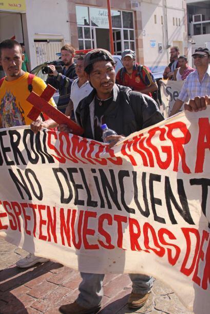Los manifestantes recorren al lado de las vías del ferrocarril, e...