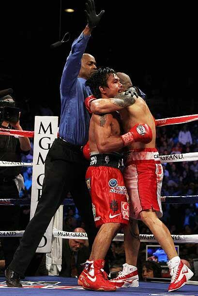 Kenny Bayless detuvo la pelea para conceder la victoria a Manny Pacquiao...