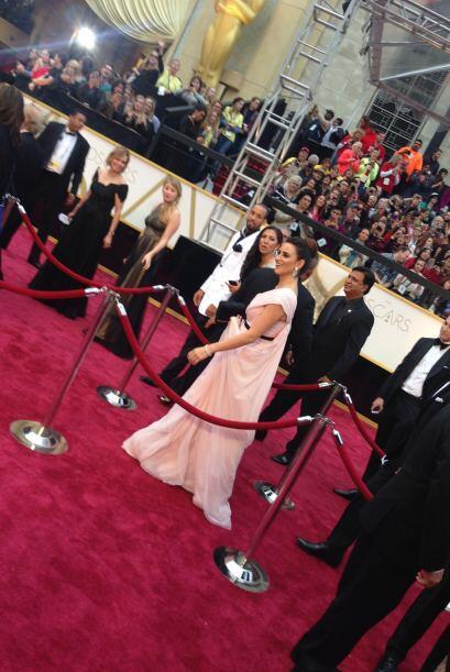 La española llegó despampanante en un vestido rosado.
