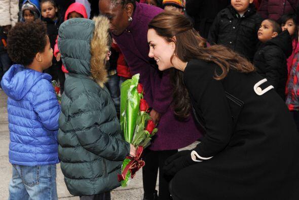 Y recibió los regalos con los que niños en las afueras del centro la esp...