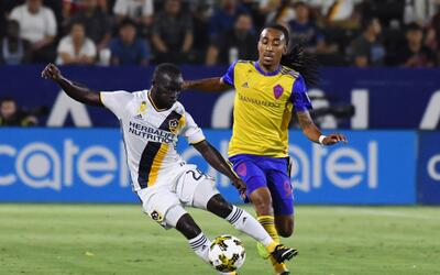 Emmanuel Boateng (izq.) anotó el segundo gol del Galaxy ante Colo...