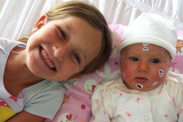Elissa también está feliz porque ahora tiene una hermanita para jugar.