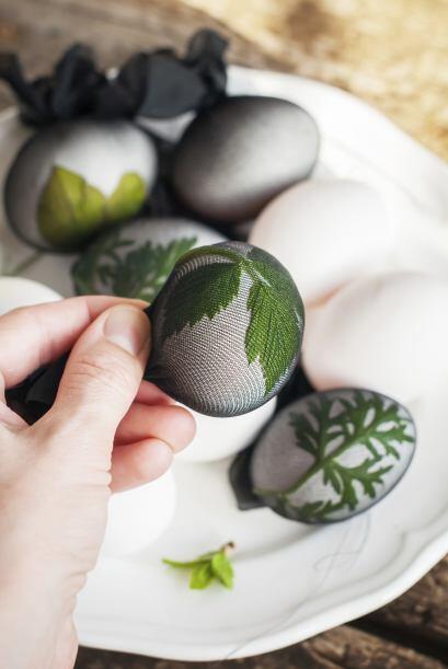 Puedes utilizar hierbas aromáticas, colócalas en los huevos y cúbrelos c...