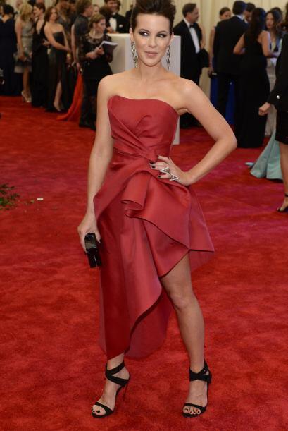 Esa de rojo...Era nada menos que Kate Beckinsale, quien apostó por una c...