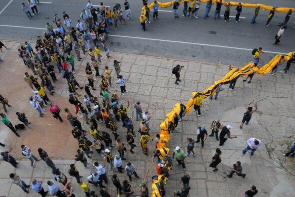 Sigue la marcha, imagínese lo que debe ser guardar la bandera.