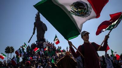 """Al grito de """"no a la invasión"""", residentes de Tijuana protestan contra los migrantes de la caravana"""
