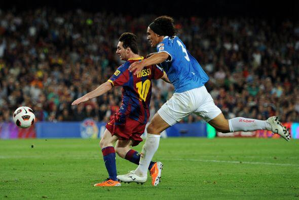 El argentino se metió en el área y, ante la salida del por...