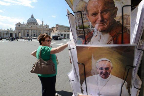 La venta de postales con las imágenes de Juan Pablo II y Juan XXIII se i...
