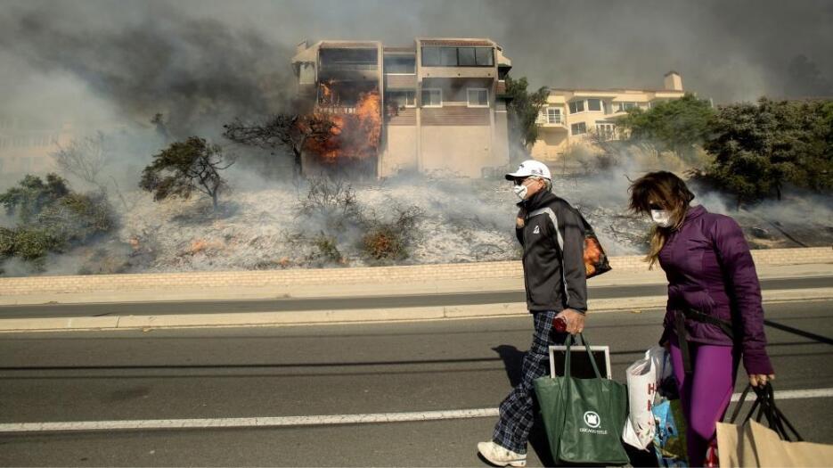 James y Josie Ralstin evacúan su casa de Ventura por el incendio Thomas.