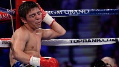 Jorge 'Travieso' Arceen la lona se quja del golpe en la oreja.