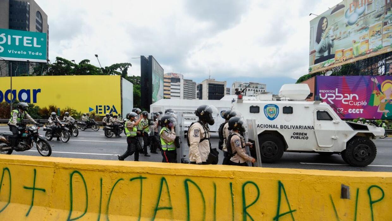En fotos: los manifestantes venezolanos que se lanzaron a un río putrefa...
