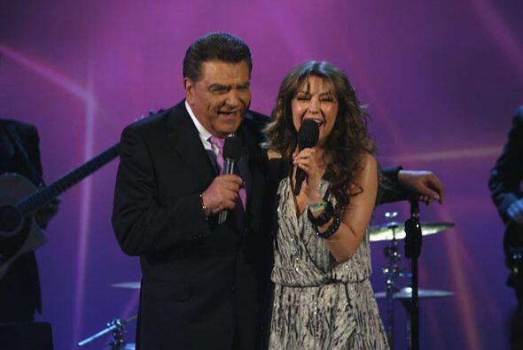 Al terminar de cantar Thalía le agradeció por esos 50 años en la televis...