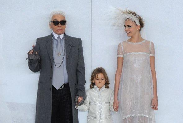 Aquí la vemos compartiendo escenario con  uno de los diseñadores de moda...