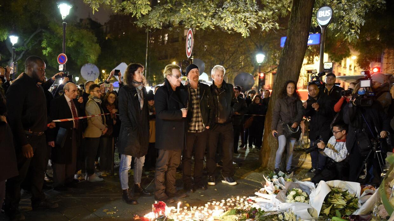 Integrantes de U2 en vigilia cerca de Le Bataclan