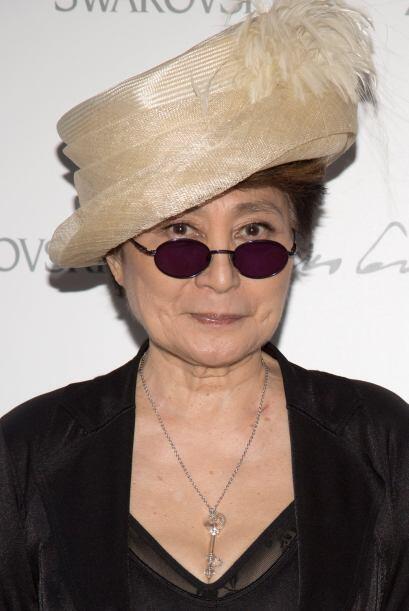 El esposo de Yoko Ono, John Lennon, fue el que impuso la moda con este d...