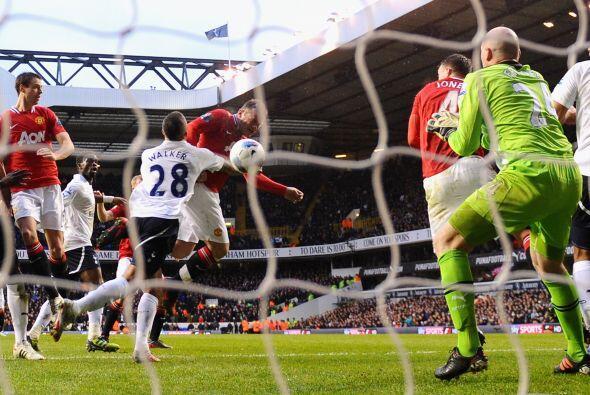 Rooney aprovechó que Danny Welbeck jaló marca y le permitió cabecear a p...