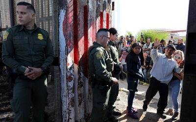 Una puerta en el muro controlada por agentes fronterizos, en San Diego.