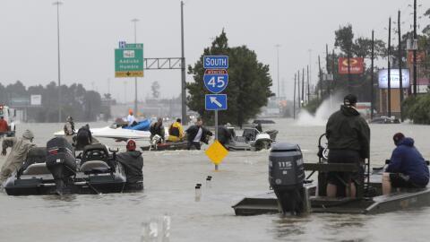 Botes particulares y de organismos de emergencia surcan las aguas sobre...