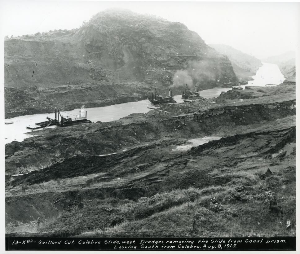 Dragas trabajando a lo largo del canal en 1915,  en la zona de Culebra Cut.