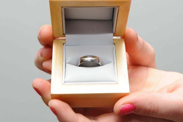 Ben McDowell de 24 años pasó tres meses golpeando el anillo con una roca...