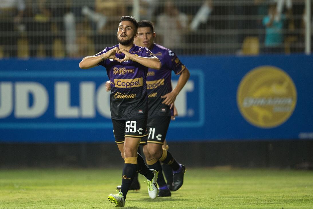 ¡Los Lobos aúllan en Primera División! Gabriel Hachen celebra su gol de...