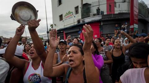Decenas de venezolanos protestan exigiendo comida en el sector popular C...