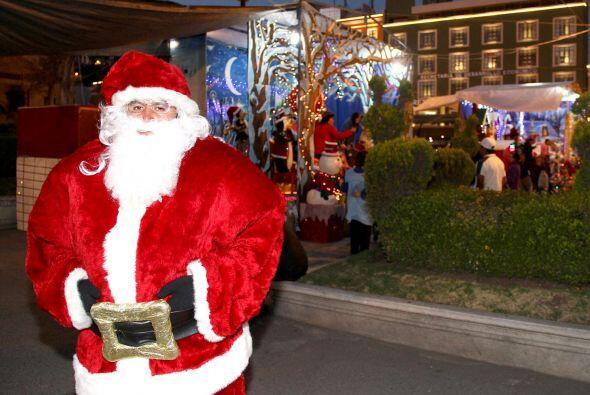 Cientos de capitalinos y visitantes de otros estados acuden al Zócalo a...
