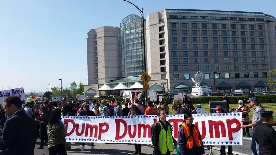 Cientos de personas se congregaron afuera del hotel en el que el precand...