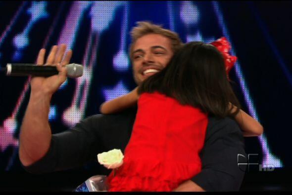 Le dio muchos abrazos y muchos besos.