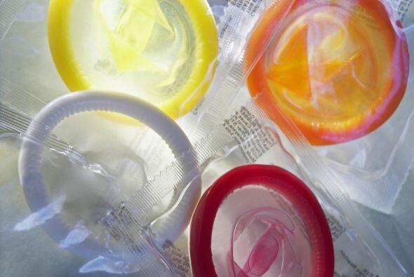 También es importante fijarse en la fecha de caducidad del condón y no u...