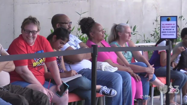 Decenas de personas en Dallas se preparan para el eclipse solar