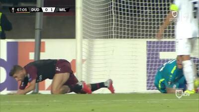 ¡CERCA!. Fabio Borini disparó que se estrella en el poste.