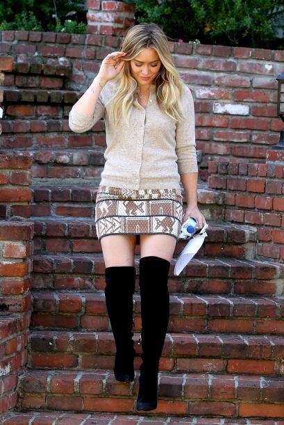 Las botas hasta la rodilla son ideales para poder usar una falda corta y...