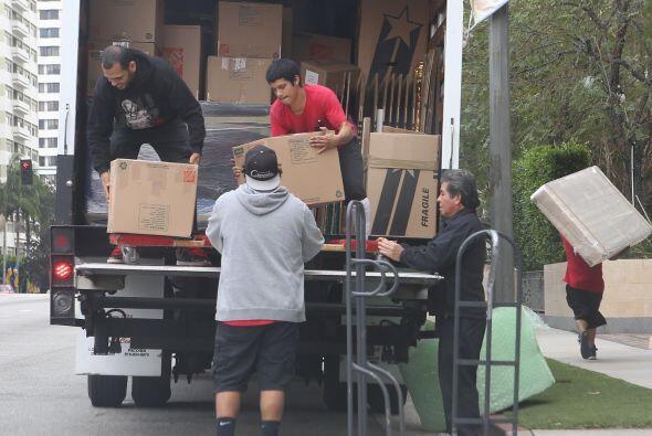 Mira cómo mudan las cosas de Joe a casa de Sofía.