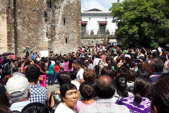 Cientos de personas que no lograron entrar a la Catedral de Cuernavaca,...